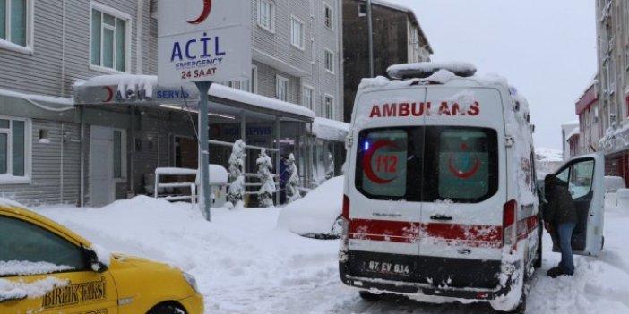 Zonguldak'da kar nedeniyle apartmanın sundurması çöktü