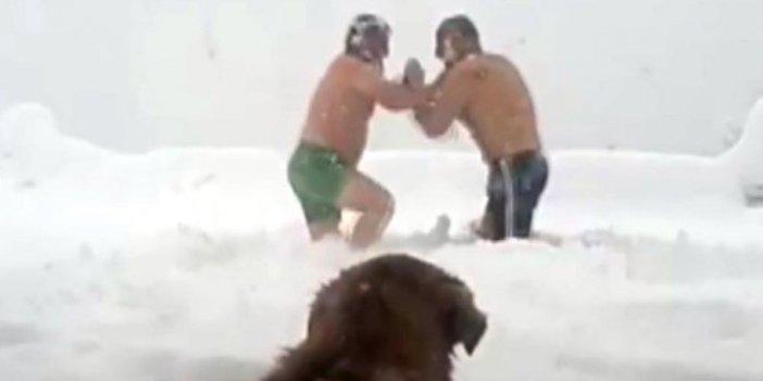 Vatandaşlar karda güreş tuttu. Köpekler bile olan biteni merakla izledi