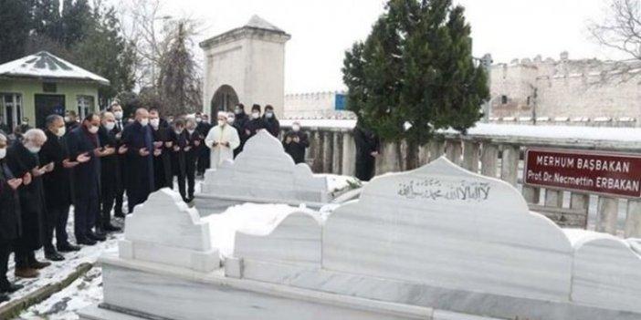 Erdoğan'dan Erbakan'ın mezarını ziyaret