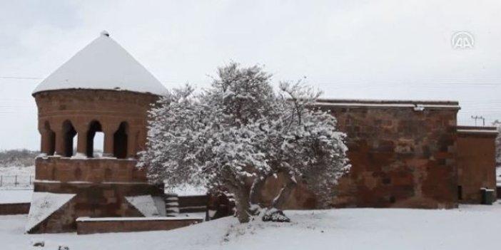 Ahlat'ta tarihi yapılar karla kaplandı