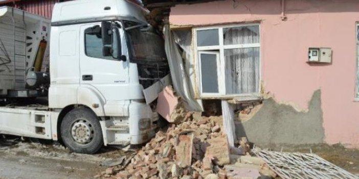 Elazığ'da TIR eve daldı