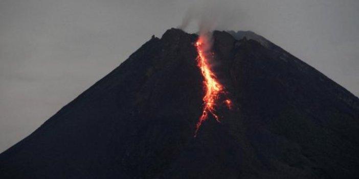 Sinabung Yanardağı'nda patlama dakikalarca sürdü