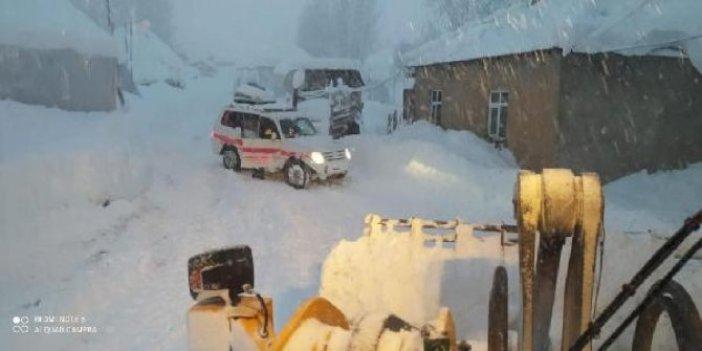 Hakkari'de karla kaplı yolları aşmaya çalışan sağlık çalışanları zamanla yarıştı