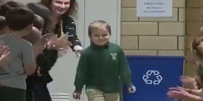 Kanseri yenen çocuğu arkadaşları böyle karşıladı. Yürüyüşündeki masumiyet izleyenleri duygulandırdı