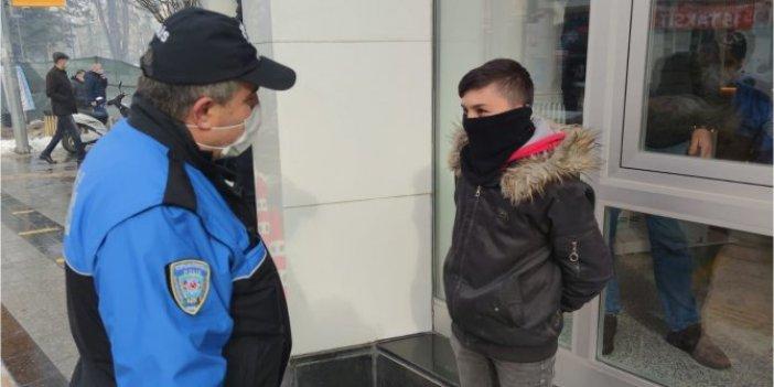 Polisten banka önünde babasını bekleyen çocuğa: Söyle babana 900 lira daha fazla çeksin