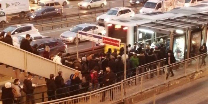 Hem metrobüse binemediler hem bineceklere engel oldular. İstanbul'da toplu taşıma bir haftadır bu halde