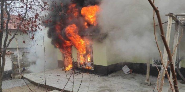 Konya'da tek katlı ev cayır cayır yandı