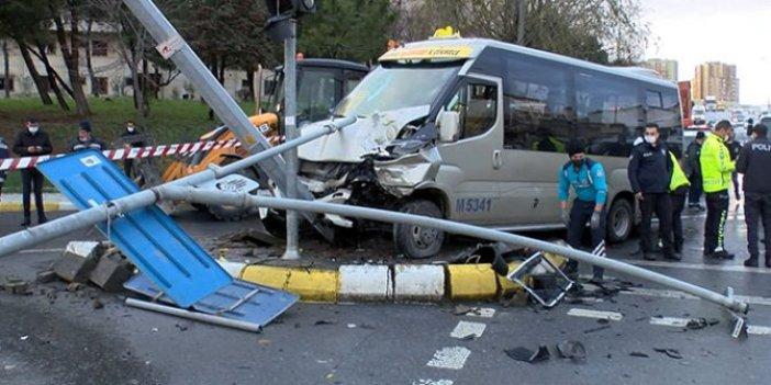 Küçükçekmece'de otomobilin çarptığı minibüs MOBESE direğine çarptı: 7 yolcu yaralı
