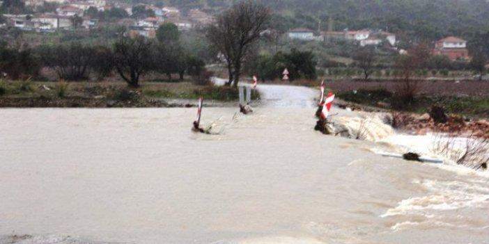 İzmir'de Karadere Çayı taştı, yol trafiğe kapandı