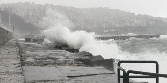 Karadeniz'de fırtına geçit vermiyor. Dalga boyu 5 metreyi aştı