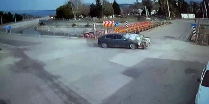 Araba motosiklete çarptı. Motosiklet metrelerce havaya uçtu