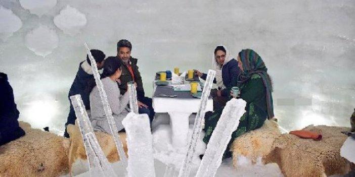 Kardan yapılan kafe ziyaretçi akınına uğruyor. Masaları da sandalyeleri de kardan