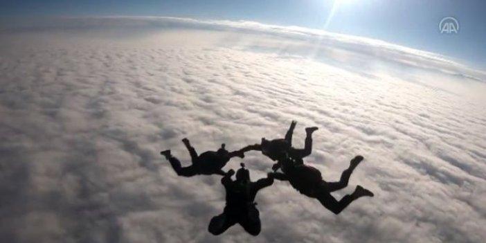 Özel Kuvvetler paraşüt ekibi nefes kesti