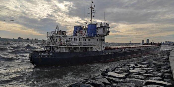 İstanbul'da yürekler ağza geldi. Şiddetli fırtına gemiyi sahile savurdu
