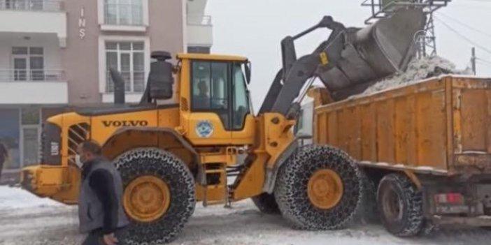 Erimeyen kar yerleşim yeri dışına taşınıyor. Kamyonlar harıl harıl çalışıyor