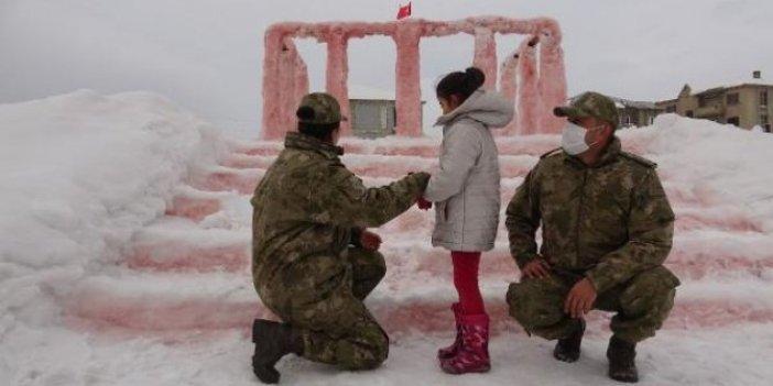 Bir Binbaşı iki Yüzbaşı evine giderek müjdeyi verdi. Babası ona kardan Anıtkabir yapmıştı