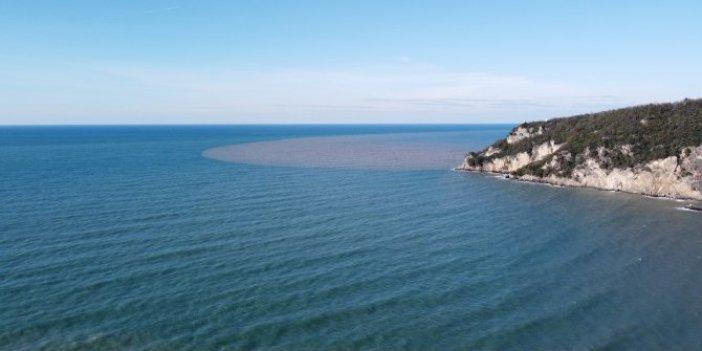 Denizle buluşan ırmağın rengi görenleri şaşırttı