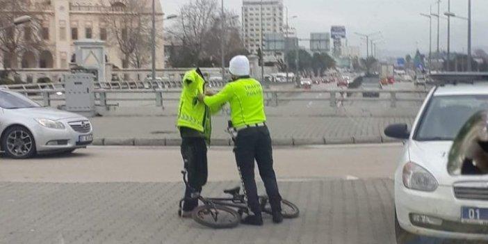 Vicdanlı polis üşüyen çocuğa ceketini verdi