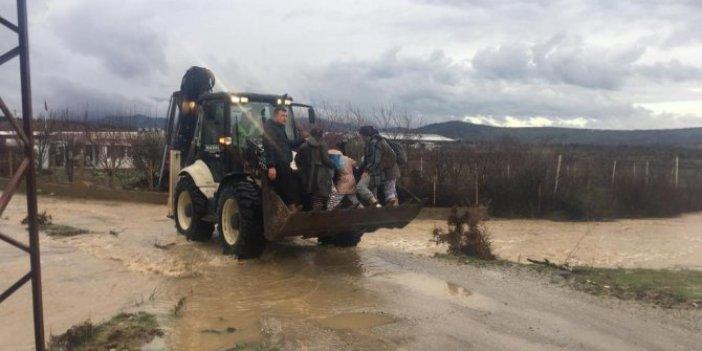 Manisa'da şiddetli yağış yolları ulaşıma kapattı