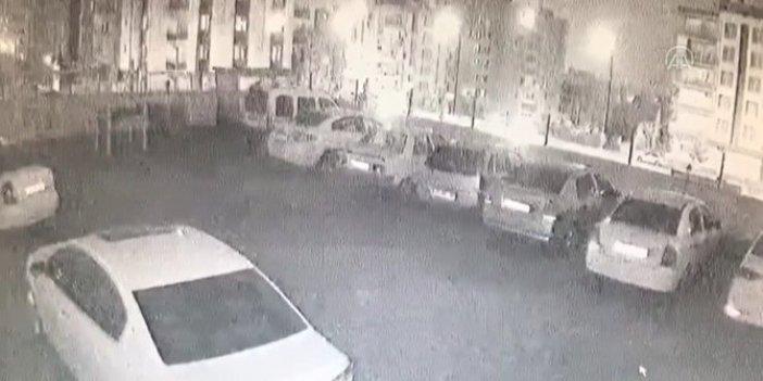Gelen sesle irkilip dışarı çıktılar. Arabalarını çukurda buldular