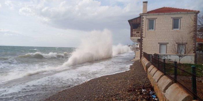 Dev dalgalar evlere ulaştı