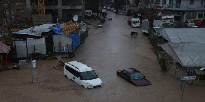 İzmir'e 8 saatte 1 aylık yağış düştü