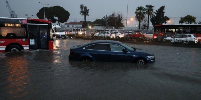 İzmir'den ürküten görüntüler. Dereler taştı yollar göle döndü