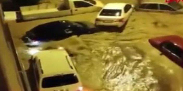 İzmir'de sel suları araçları sürükledi. Sürücüler ne yapacağını şaşırdı