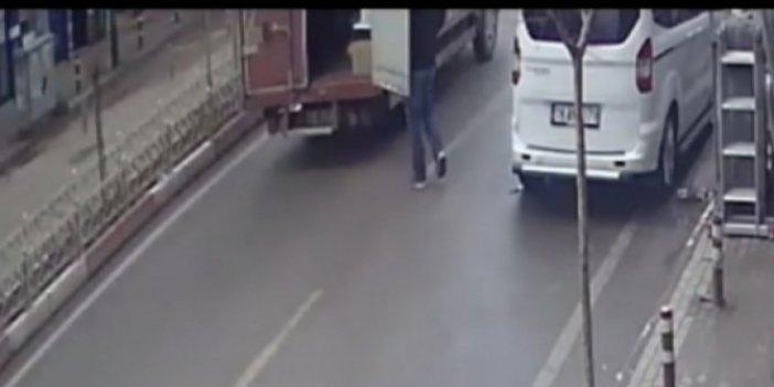 Yolun karşısına geçmek isteyen adama kamyonetin kapısı tokat gibi çarptı!
