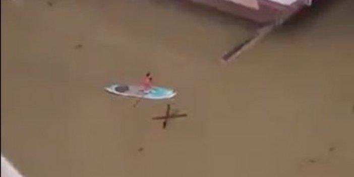 Vatandaş ulaşımını kanoyla sağladı. İzmir'de cadde ve sokaklar göle döndü