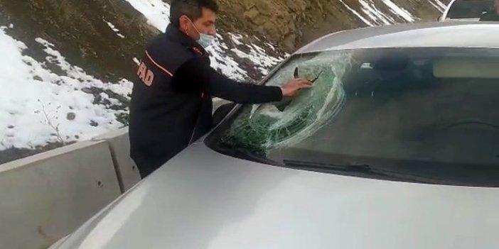 Dağdan yuvarlandı aracın camını parçaladı
