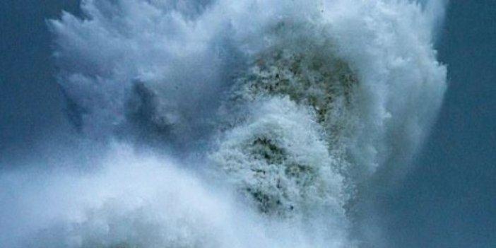 Denizde dev dalgaların arasında bir anda belirdi